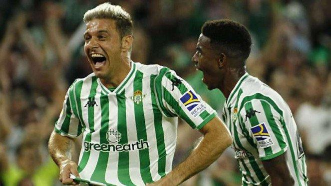 Winger Real Betis, Joaquin Sanchez, rayakan gol ke gawang Sevilla.