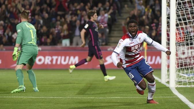 Gelandang Granada, Jeremie Boga, Melakukan selebrasi usai mencetak gol. Pada laga tersebut Granada bermain dengan skema 5-3-2 sementara Barcelona dengan strategi 4-5-1. (EPA/Miguel Angel Molina)