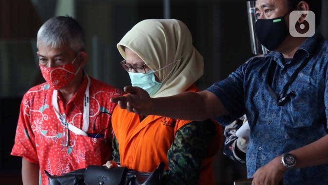 Desi Arryani (tengah) usai menjalani pemeriksaan lanjutan di gedung KPK, Jakarta, Rabu (23/9/2020). Mantan Kepala Divisi III/Sipil/II PT Waskita Karya itu diperiksa sebagai tersangka dugaan korupsi 14 proyek fiktif pada PT Waskita Karya (Persero) periode 2009-2015. (Liputan6.com/Helmi Fithriansyah)