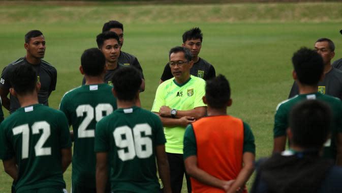 Pelatih Persebaya Surabaya, Aji Santoso, memberikan instruksi kepada pemainnya saat latihan di Lapangan Yogyakarta Independent School, Yogyakarta, Rabu (23/1). Latihan ini merupakan persiapan jelang Liga 1 2020. (Bola.com/Aditya Wany)