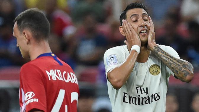 Penyerang Paris Saint-Germain (PSG), Angel Di Maria, tampak kecewa usai gagal membobol gawang Atletico Madrid pada laga ICC 2018 di Stadion Nasional Singapura, Senin (30/7/2018). PSG menang 3-2 atas Atletico Madrid. (AFP/Roslan Rahman)