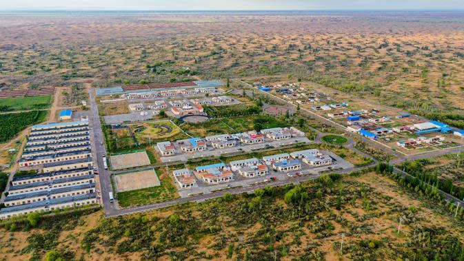 Sebuah desa di Ordos, Daerah Otonom Mongolia Dalam, China utara pada 14 September 2020. Setelah kerja keras selama puluhan tahun, Gurun Kubuqi yang dahulu dikenal sebagai