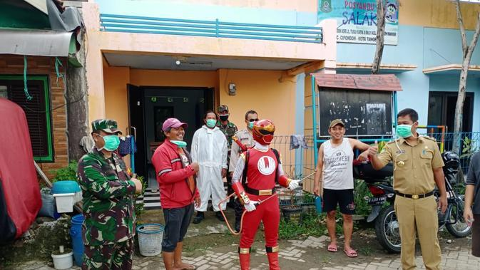 Ketika Personil Power Ranger Ikut Semprotkan Disinfektan di Tangerang (Foto:Liputan6/Pramita Tristiawati)