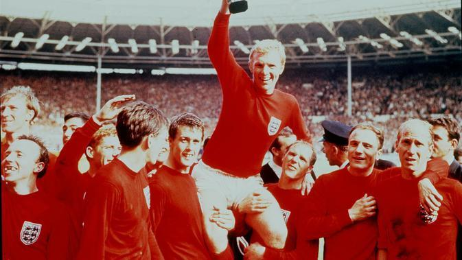 Kapten Inggris Bobby Moore mengangkat trofi usai memenangkan Piala Dunia 1966. (AP Photo/File)
