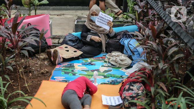 Para pencari suaka beristirahat saat aksi unjuk rasa di depan kantor UNHCR, Jakarta, Selasa (18/8/2020). Dalam aksinya mereka meminta pertanggung jawaban dari UNHCR karena hingga saat ini banyak para pencari suaka tidak mendapatkan kejelasan akan nasibnya di Indonesia. (Liputan6.com/Faizal Fanani)