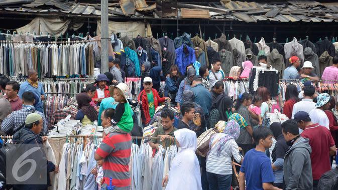 Suasana aktivitas keramaian perdagangan di depan gedung Pasar Senen pasca kebakaran, Jakarta, Minggu (22/1). Karena akhir pekan pengunjung justru tumpah ruah di Pasar Senen untuk memilah baju bekas. (Liputan6.com/Helmi Affandi)