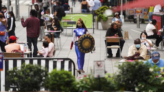 Seorang wanita yang memakai kostum karakter terlihat di Times Square, New York, Amerika Serikat (AS) (19/8/2020). Total kasus COVID-19 di AS telah menembus angka 5,5 juta pada Rabu (19/8), menurut Center for Systems Science and Engineering (CSSE) di Universitas Johns Hopkins. (Xinhua/Wang Ying)