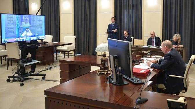 Presiden Rusia Vladimir Putin (kanan) saat mengikuti KTT Luar Biasa G20 secara virtual dari Moskow, Rusia, Kamis (26/3/2020). Para pemimpin dunia mengkoordinasikan respons global terhadap pandemi virus corona COVID-19. (Alexei Druzhinin, Sputnik, Kremlin Pool Photo via AP)
