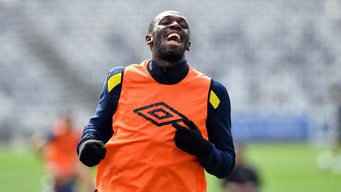 Pelari tercepat dunia, Usain Bolt tertawa saat mengikuti latihan di Central Coast Stadium, Gosford, Australia, (21/8). Bolt akan memulai debutnya di sepak bola Australia dengan bermain untuk Central Coast Mariners. (AFP Photo/Saeed Khan)