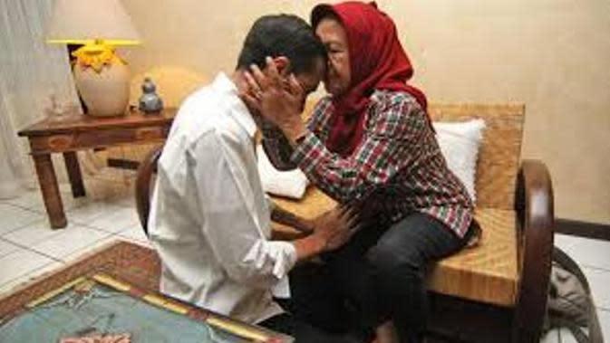 Hari Ibu, Ini Deretan Foto Bakti Presiden Jokowi pada Ibundanya | Via: kaskus.co.id