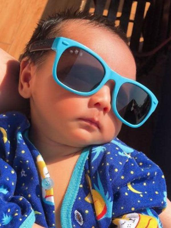 Deretan gaya anak selebriti saat berjemur dengan kacamata. (Sumber: Instagram/@rogerojey)