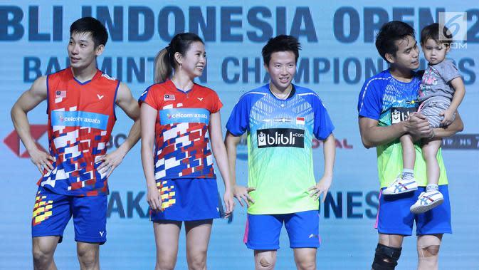 Ganda campuran Indonesia, Tontowi Ahmad/Liliyana Natsir (kanan) bersama Chan Peng Soon/Goh Liu Ying (Malaysia) usai Final Indonesia Open 2018 di Istora GBK, Minggu (8/7). Tontowi/Liliyana unggul 21-17, 21-8. (Liputan6.com/Helmi Fithriansyah)