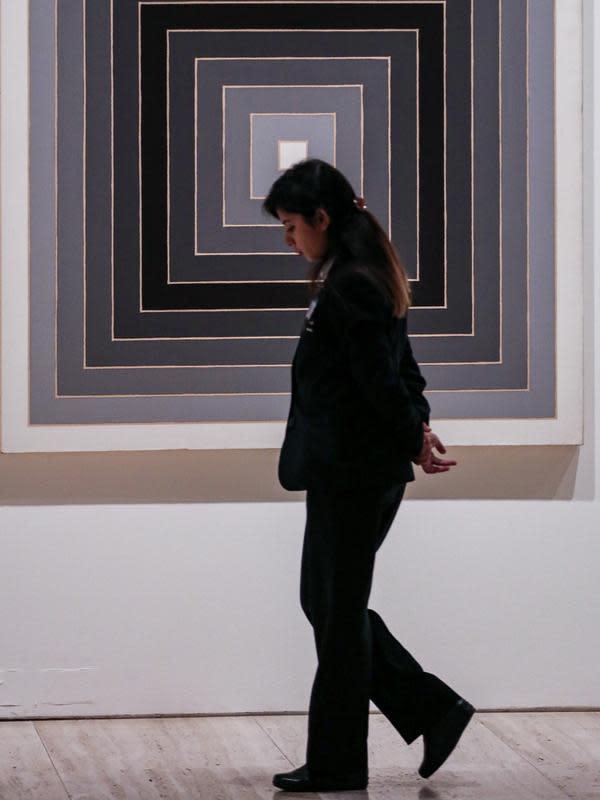 Seorang staf berjalan di Galeri Seni New South Wales di Sydney, Australia (5/6/2020). Galeri Seni New South Wales dibuka kembali untuk umum setelah Sydney melonggarkan sejumlah kebijakan terkait pandemi COVID-19. (Xinhua/Bai Xuefei)