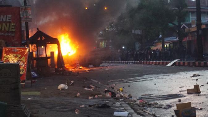 Demo penolakan Omnibus Law digelar di Bundaran Kartasura yang menjadi akses utama penghubung tiga kota besar, yakni Jogja, Solo, dan Semarang. (Liputan6.com/Fajar Abrori)