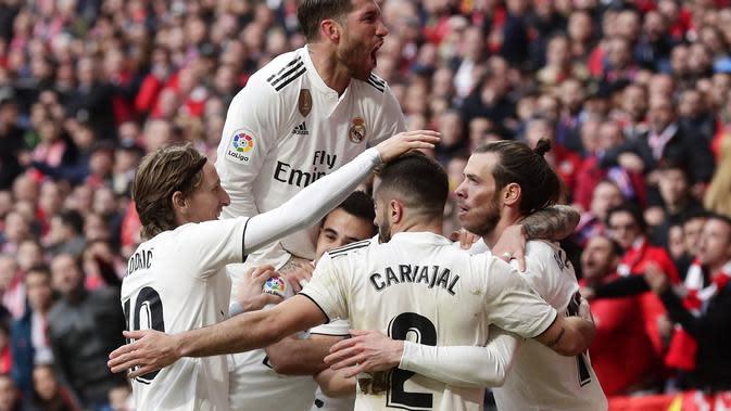 Para pemain Real Madrid merayakan gol Gareth Bale ke gawang Atletico Madrid pada pekan ke-23 Liga Spanyol di Estadio Wanda Metropolitan, Sabtu (9/2/2019). Real Madrid menang 3-1. (AP Photo/Manu Fernandez)