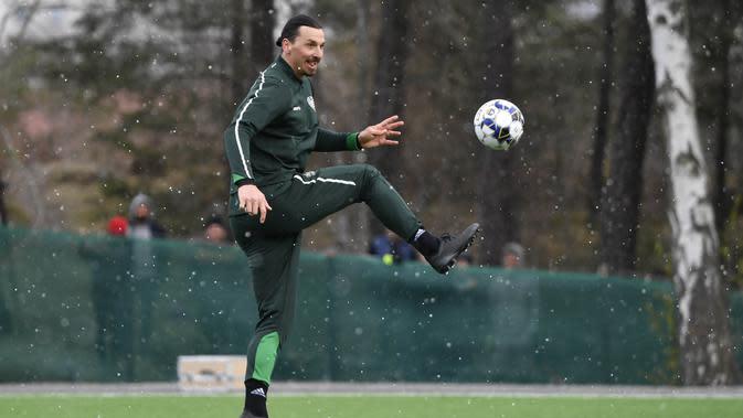 Pemain AC Milan, Zlatan Ibrahimovic, menendang bola saat melakukan latihan bersama klub Swedia Hammarby di Stockholm, Swedia, Senin (13/4/2020). Ibrahimovic yang sedang berada di kampung halaman menyempatkan diri berlatih sepak bola meski di tengah wabah virus corona. (AFP/Henrik Montgomery)