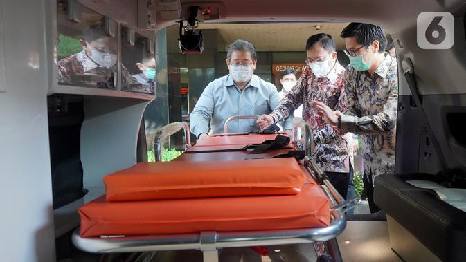Menkes TerawanAgus Putranto (tengah) melihat mobil ambulan Kijang Innova yang merupakan bantuan dari PT Toyota Astra Motor untuk penanganan Covid-19 di Jakarta (20/5/2020). Kemenkes juga menerima bantuan fasilitas untuk antar jemput tenaga medis sebanyak 48 unit Toyota Avanza. (Liputan6.com/HO/Ady