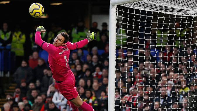 Kiper Southampton Alex McCarthy melakukan penyelamatan saat menghadapi Chelsea pada pertandingan Liga Inggris di Stamford Bridge, London, Kamis (26/12/2019). Southampton mengalahkan Chelsea 2-0. (Adrian DENNIS/AFP)