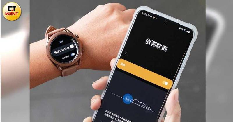 偵測跌倒功能是開啟手錶裡的「傳送SOS訊息」,再從手機螢幕設定緊急連絡人。(圖/張文玠攝)