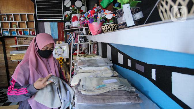 Pedagang menata dagangannya di Pojok UMKM, Kota Tangerang, Jumat (22/8/2020). Pemerintah daerah setempat meluncurkan Pojok UMKM Cibodas dalam rangka membantu pelaku usaha mempromosikan hasil produknya demi meningkatkan perekonomian wilayah di tengah pandemi COVID-19. (Liputan6.com/Angga Yuniar)