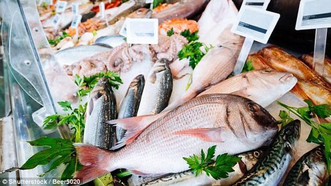 Ilustrasi ikan segar yang dibawa di dalam tas branded oleh seorang nenek. (Shutterstock)