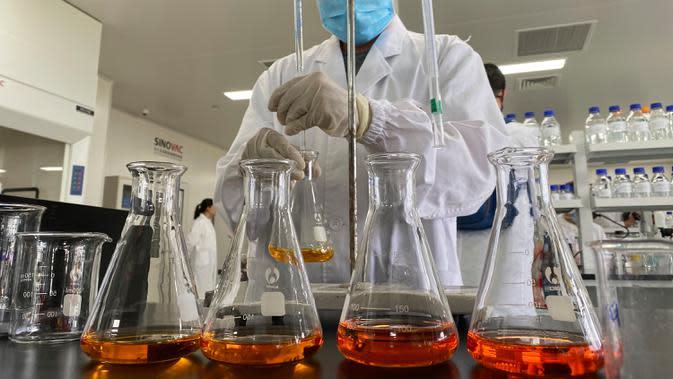 Seorang pekerja berada di dalam laboratorium di pabrik vaksin SinoVac di Beijing, Kamis (24/9/2020). Perusahaan farmasi China, Sinovac mengatakan vaksin virus corona yang dikembangkannya akan siap didistribusikan ke seluruh dunia, termasuk AS, pada awal 2021. (AP Photo/Ng Han Guan)