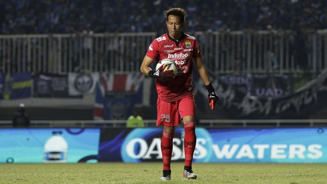 Kiper Persib Bandung, Made Wirawan, memegang bola saat melawan Tira Persikabo pada laga Shopee Liga 1 di Stadion Pakansari, Bogor, Sabtu (14/9). Tira Persikabo bermain imbang 1-1 atas Persib Bandung. (Bola.com/Yoppy Renato)