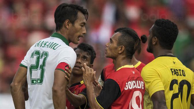 Kapten Timnas Indonesia, Hansamu Yama, berdebat dengan pemain Timor Leste pada laga SEA Games di Stadion MPS, Selangor, Minggu (20/8/2017). Indonesia menang 1-0 atas Timor Leste. (Bola.com/Vitalis Yogi Trisna)