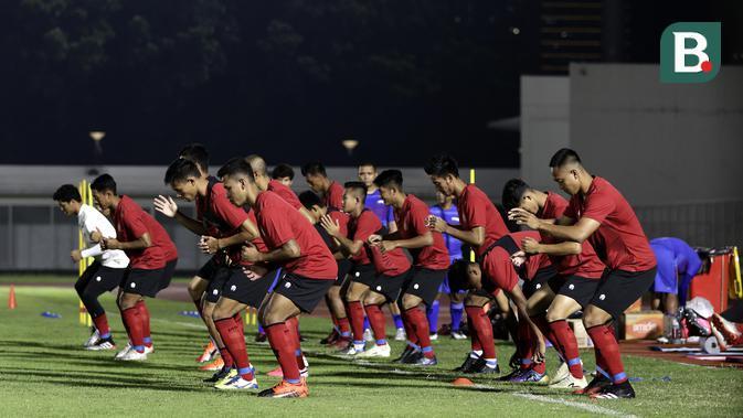 Pemain Timnas Indonesia Senior saat mengikuti latihan di Stadion Madya, Senayan, Jakarta, Jumat (14/2). Latihan pertama Timnas Indonesia ini diikuti 30 pemain.(Bola.com/Yoppy Renato)