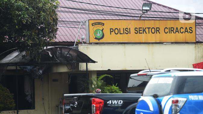 Suasana pascapenyerangan di Polsek Ciracas, Jakarta, Sabtu (29/8/2020). Polsek Ciracas diserang oleh sejumlah orang tak dikenal pada Sabtu (29/8) dini hari. (merdeka.com/Imam Buhori)