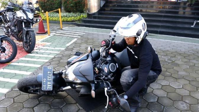 Begini Cara Berdirikan Sepeda Motor yang Terjatuh