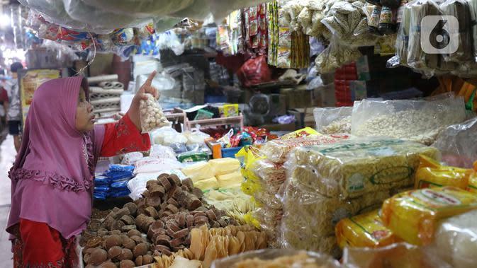 Seorang ibu membeli kebutuhan pokok di pasar Kebayoran Lama, Jakarta, Senin (2/12/2019). Badan Pusat Statistik (BPS) mencatat angka inflasi sepanjang Januari-November 2019 sebesar 2,37 persen, lebih kecil ketimbang periode yang sama tahun lalu sebesar 2,50 persen. (Liputan6.com/Angga Yuniar)