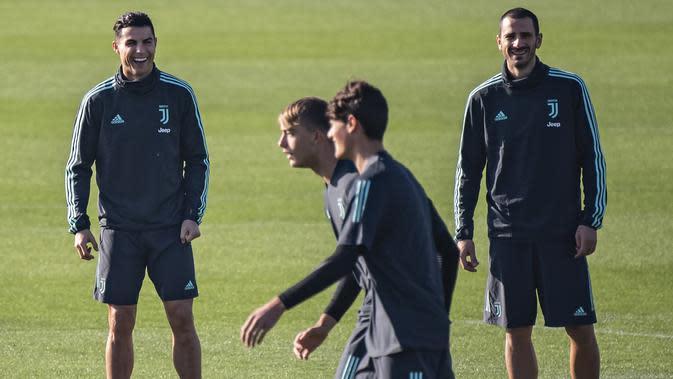 Penyerang Juventus Cristiano Ronaldo (kiri) bersama rekan-rekannya saat mengikuti sesi latihan tim di Juventus Training Center di Turin (5/11/2019). Juventus akan bertanding melawan wakil Rusia, Lokomotiv Moscow pada Grup D Liga Champions di RZD Arena. (Marco Bertorello / AFP)