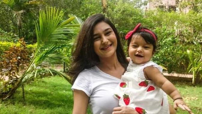 Menghangatkan Hati, Kisah Perjuangan Ibu Muda Mengurus Anak Meski Tanpa Lengan