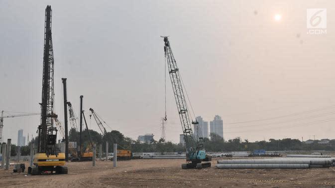 Sejumlah alat berat terlihat di area proyek pembangunan Stadion BMW, Jakarta, Rabu (10/7/2019). Di tengah kasus sengketa lahan dengan PT Buana Permata Hijau, PT Jakarta Propertindo (Jakpro) tetap melanjutkan pembangunan Stadion BMW. (merdeka.com/Iqbal S. Nugroho)
