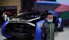 北京國際車展疫情中登場 戴口罩觀眾擠滿現場