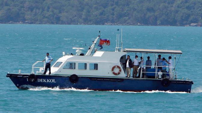 Kapal cepat mengangkut sampel penumpang dari kapal pesiar MS Westerdam yang sakit di luar pelabuhan Sihanoukville, Kamboja, Kamis (13/2/2020). Tim medis akan melakukan pemeriksaan kesehatan dan menentukan proses penurunan penumpang serta awak kapal tersebut. (AP Photo/Heng Sinith)