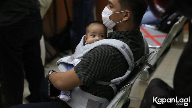 Bibi Ardiansyah gendong anak temani Vanessa Angel sidang kasus narkoba (Sumber: KapanLagi.com®/Bayu Herdianto)
