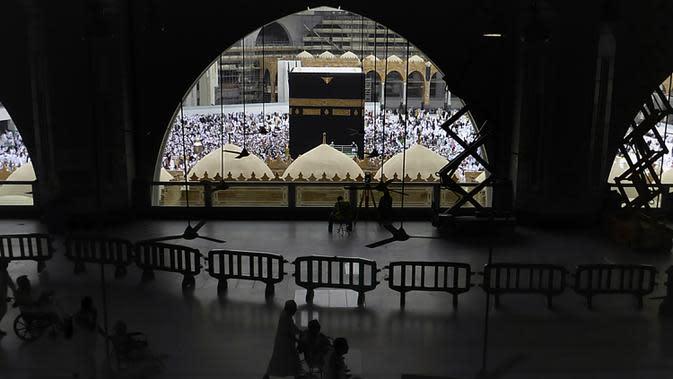 Ribuan jemaah Muslim mengelilingi Kakbah selama bulan haji di Masjidil Haram, Mekah, Arab Saudi (24/2/2020). Arab Saudi menghentikan sementara izin umrah karena kekhawatiran tentang epidemi virus corona COVID-19 hanya beberapa bulan sebelum musim haji. (AP Photo/Amr Nabil)