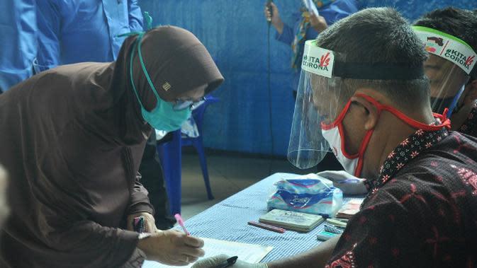 Penyaluran BLT Dana Desa di Gresik, Jawa Timur (Foto: Liputan6.com/Dian Kurniawan)