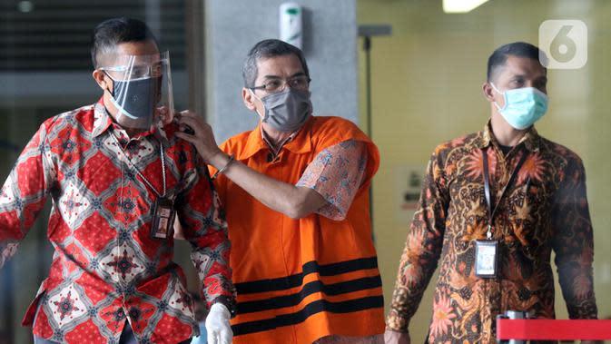 Mantan Kepala Badan Pengembangan dan Pemberdayaan SDM Kesehatan Kemenkes, Bambang Giatno Rahardjo (tengah) resmi ditahan di Gedung KPK, Jakarta, Jumat (9/10/2020). Bambang diduga menerima gratifikasi terkait rencana pengadaan alat-alat kesehatan dan laboratorium. (Liputan6.comHelmi Fithriansyah)