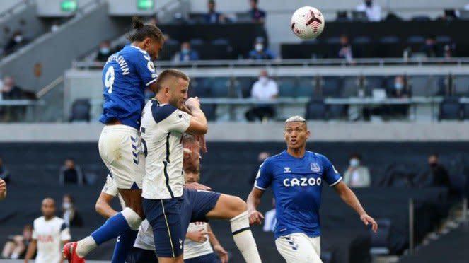 Striker Everton, Dominic Calvert-Lewin, saat jebol gawang Tottenham Hotspur