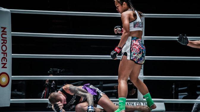 Wondergirl Fairtex Membuat KO Brooke Farrell (Foto: One Championship)