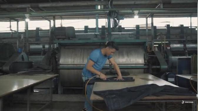Ariel NOAH mencoba sesuatu yang baru di pabrik garmen