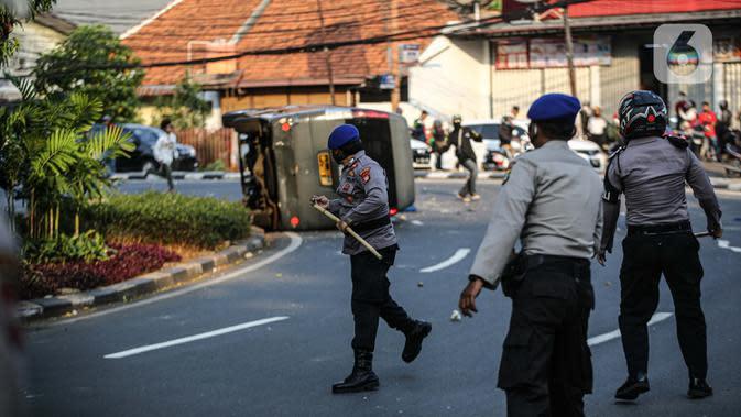 Sejumlah polisi terlibat bentrok dengan massa di kawasan Pejompongan, Jakarta, Rabu (7/10/2020). Belum bisa dipastikan apakah aksi tersebut berkaitan dengan isu aksi penolakan pengesahan UU Omnibus Law Cipta Kerja. (Liputan6.com/Faizal Fanani)