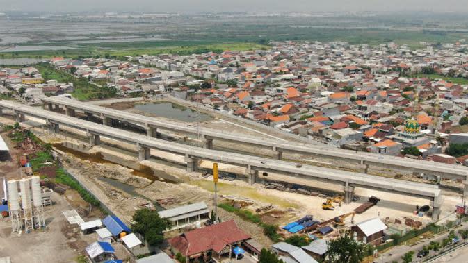 Proyek flyover jalan lingkar luar barat Surabaya. (Foto: Liputan6.com/Dian Kurniawan)