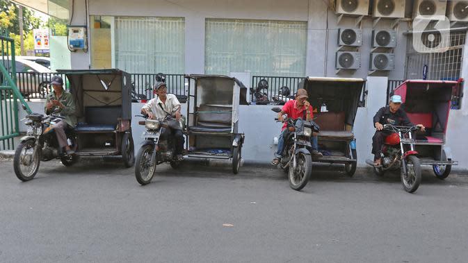 Pengemudi ojek becak motor menunggu penumpang di salah satu perumahan di kawasan Meruya, Jakarta, Selasa (19/11/2019). Pesatnya perkembangan teknologi transportasi seperti ojek berbasis aplikasi, mengakibatkan keberadaan becak motor di Ibukota hampir punah. (Liputan6.com/Herman Zakharia)