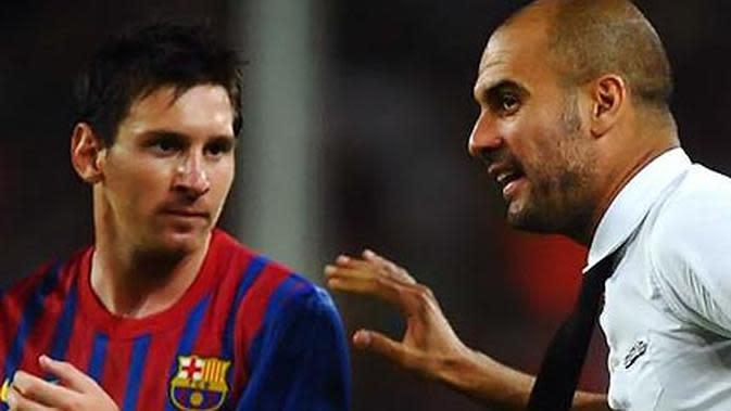 Pelatih Barcelona Pep Guardiola (kanan) tampak memberikan instruksi kepada pemainnya Lionel Messi.