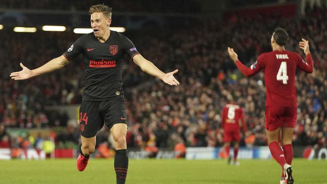 Gelandang Atletico Madrid, Marcos Llorente berselebrasi setelah mencetak gol keduanya ke gawang Liverpool pada pertandingan leg kedua babak 16 besar Liga Champions di di stadion Anfield, Inggris (12/3/2020). Atletico menang atas 3-2 atas Liverpool dengan agregat 4-2. (AP Photo/Jon Super)