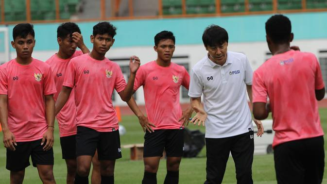Manajer pelatih Timnas Indonesia, Shin Tae-yong, memeberi arahan saat sesi latihan di Stadion Wibawa Mukti, Cikarang, Senin (13/1/2020). Sebanyak 51 pemain mengikuti seleksi untuk memperkuat skuat utama Timnas Indonesia U-19. (Bola.com/M Iqbal Ichsan)